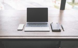 誰もいない机の上に置かれたノートパソコン