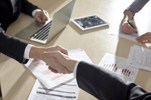 ビジネスパートナーと握手を交わす個人事業主