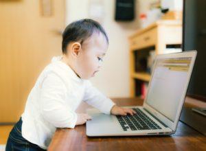 パソコンを操作するプロ赤ちゃん